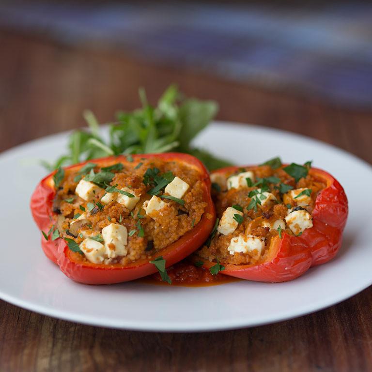 Pečené papriky plněné bylinkovým kuskusem a feta sýrem s rajčatovou omáčkou a rukolovým salátem